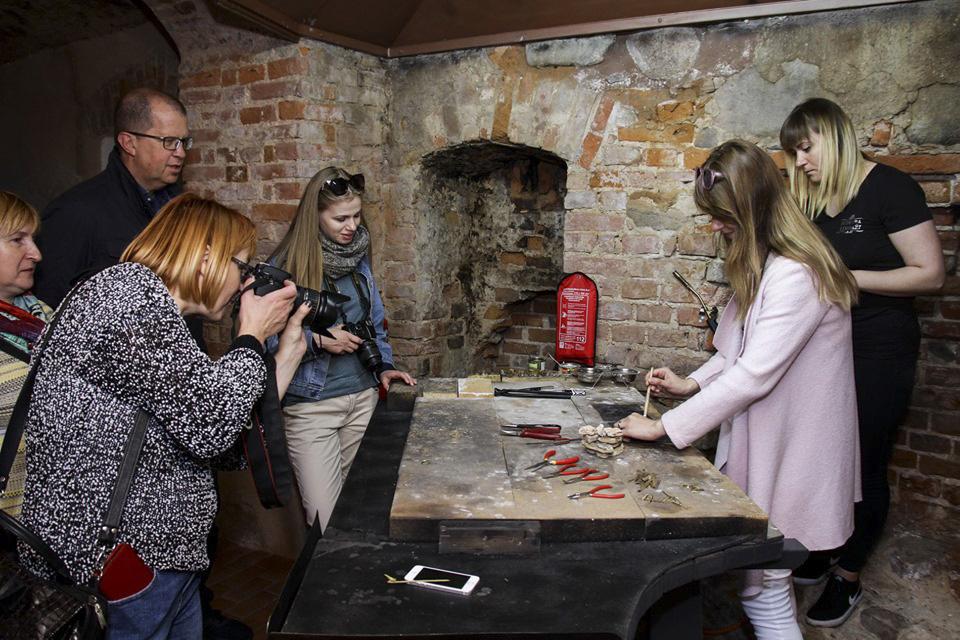 Baltkrievu žurnālisti iepazīstas ar ekspoziciju Sudraba Limbaži